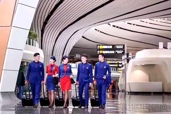 河北航空新一代空乘制服颜色以红、蓝两色为基调,取自河北航空企业VI中的主元素。中国红代表热情与活力,象征着真情饱满、精益求精的服务追求;星空蓝代表理性与探索,展现着求实奋进、服务至上的理念。颜色对比鲜明,较强的视觉冲击感使乘务员在客舱中的职业形象更为凸显,为飞行安全提供更可靠的客舱保障。女乘务员制服采用连衣裙款式,红蓝色调比例恰当、搭配简约线条,端庄大方,优雅时尚,深蓝色小礼帽与配有航徽的发簪,体现出乘务员专业的职业气质,同时饱含中国元素,尽显国风魅力;男乘务员制服采用标准的西服款式,蓝色为主,红色修饰袖